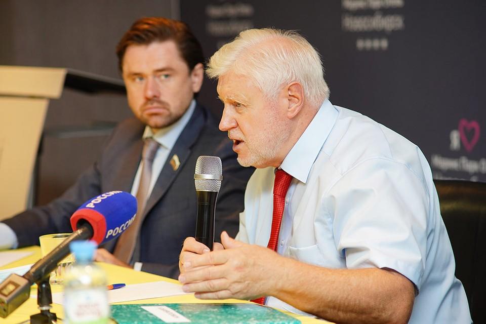 Александр Аксененко (слева), Сергей Миронов. Фото: Пресс-служба регионального отделения партии «Справедливая Россия».