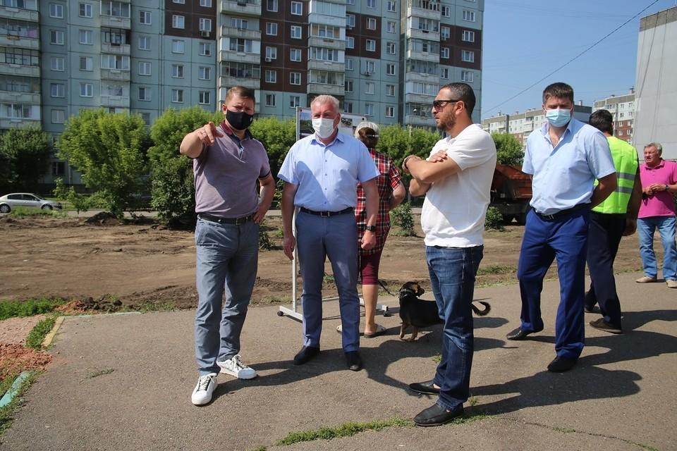 Сергей Еремин и Дмитрий Дмитриев на месте будущего сквера на улице 9 Мая, 54а
