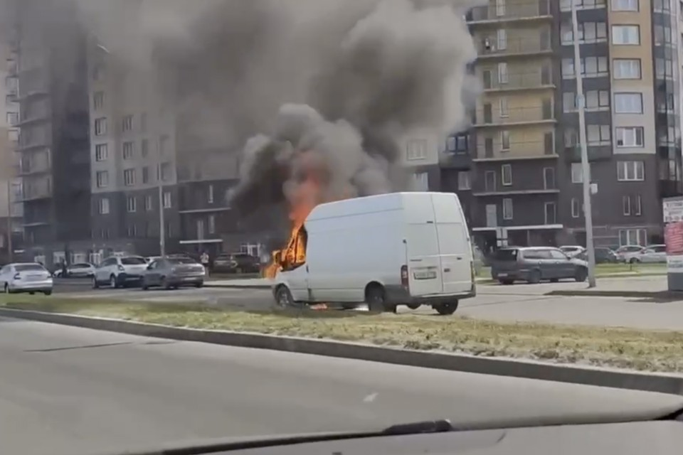 Микроавтобус полыхал на улице Маршала Казакова. Фото: vk.com/spb_today / Александр Иванов