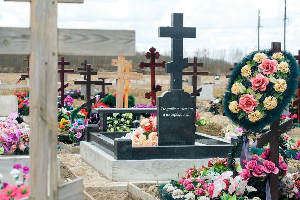 Очередей и завалов из-за коронавируса на петербургских кладбищах не наблюдается.