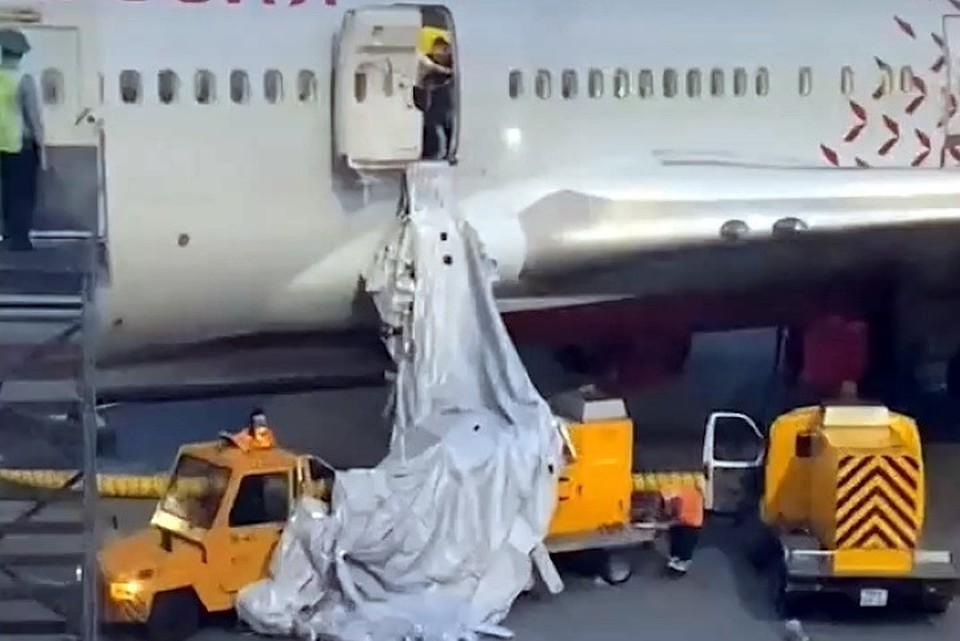Пассажир открыл аварийный люк из-за сильной духоты в самолете.
