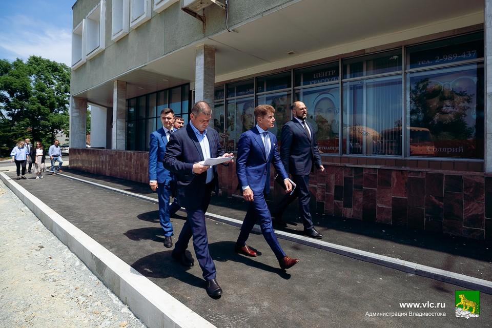 Константин Шестаков и Олег Кожемяко проверили, как город готовится к форуму. Фото: Евгений Кулешов