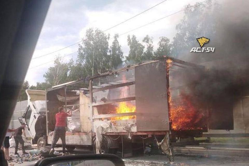 "На Бугринском мосту загорелся грузовик. Фото: ""АСТ-54"""