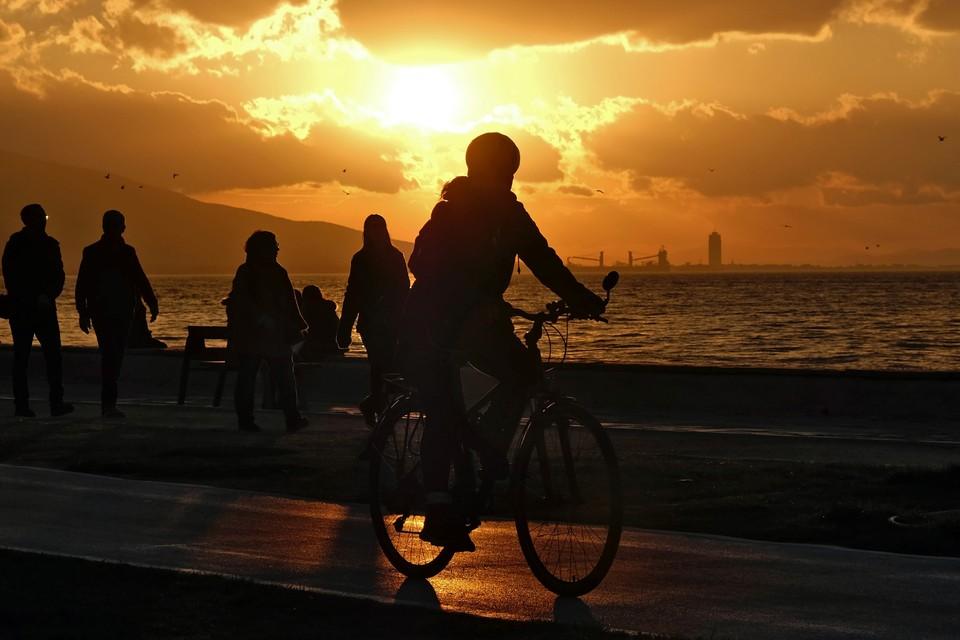 Мальчик передвигался на оранжевом велосипеде