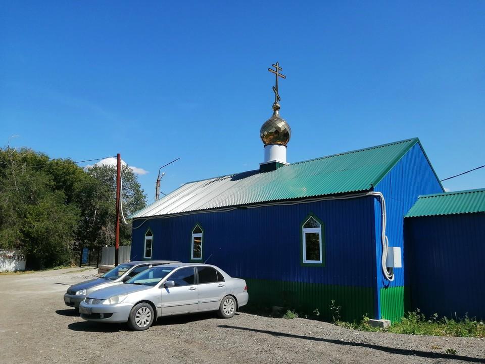 Сейчас на месте будущего образовательного центра - синий церковный вагончик
