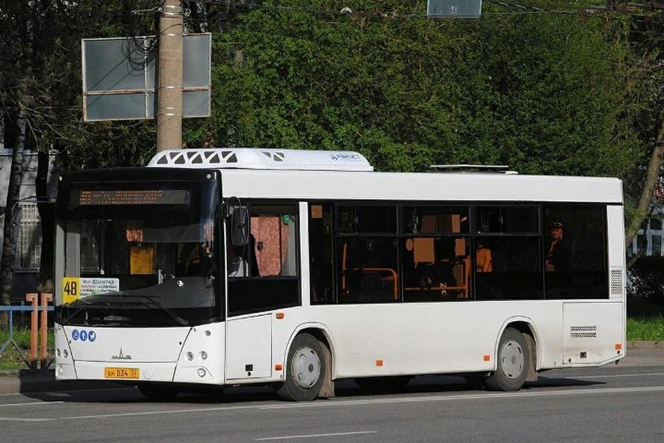 """Жители Брянска заметили, что в салонах автобусов, оборудованных климатической техникой, в жаркую погоду включили кондиционеры. Фото: """"брянский автобус""""."""