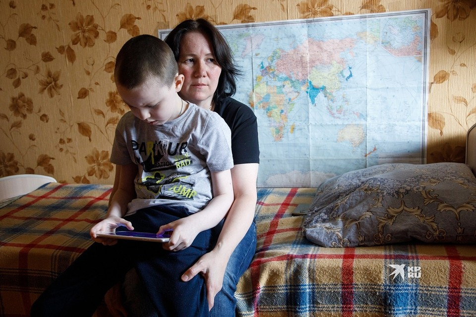 Мама Димы надеется, что когда-нибудь произведут лекарство от этой болезни и сына получится спасти.