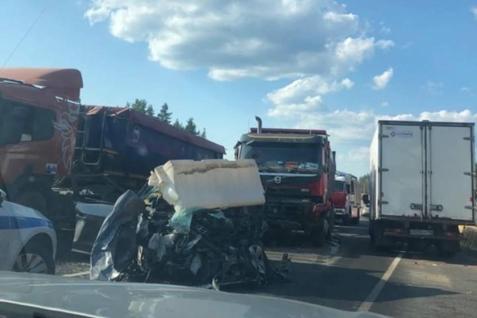 Два человека погибли в лобовом ДТП легковушки и самосвала под Петербургом