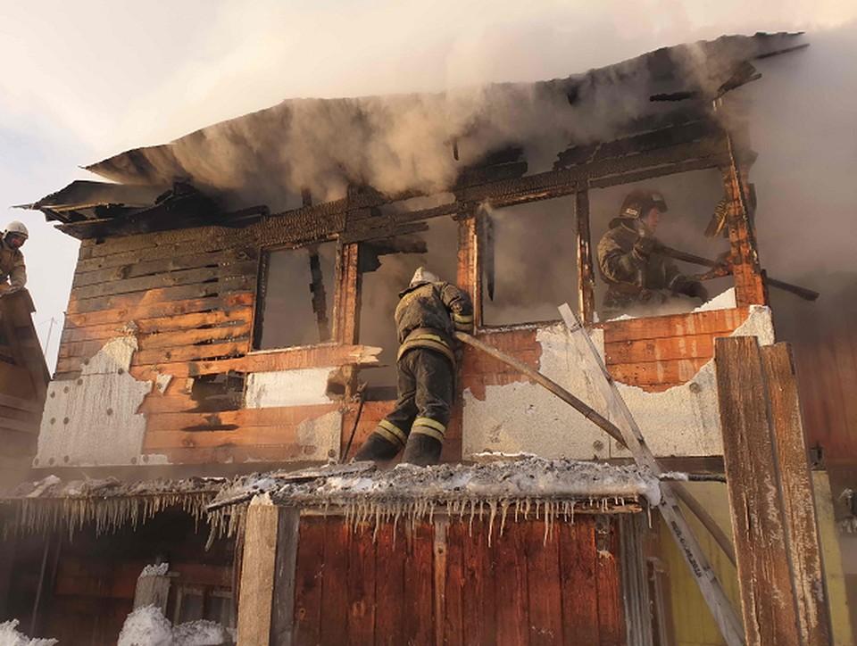 Гибель 32-летнего колпашевца произошла вчера днем: его тело пожарные обнаружили на диване в трехкомнатной квартире деревянной двухэтажки. Фото ГУ МЧС по Томской области.