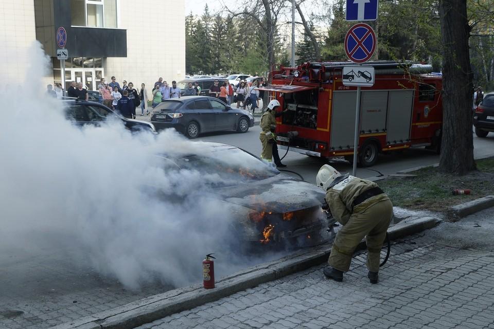 Пожарные потушили загоревшуюся иномарку за две минуты