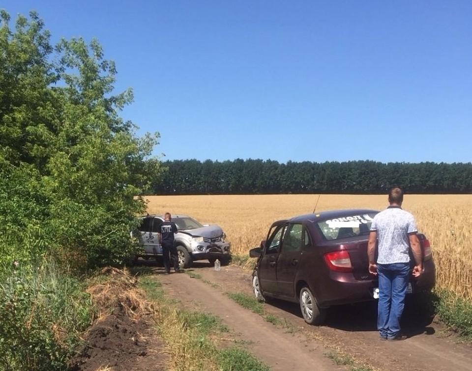 В Орловской области «Мицубиси» и «Лада» столкнулись на полевой дороге 14 июля. Фото: Госавтоинспекции Орловской области.