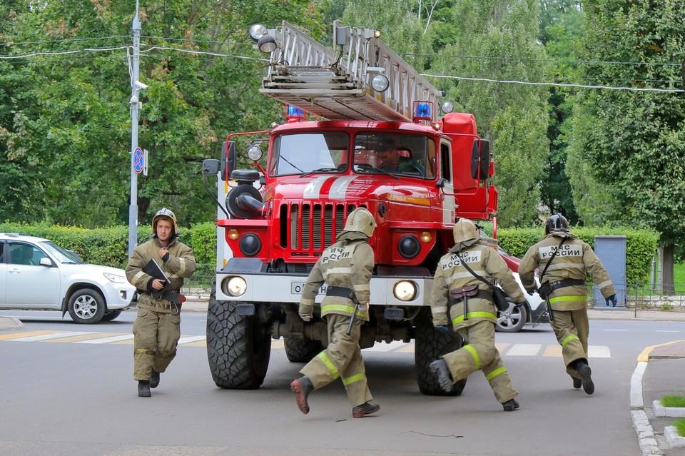 В Вяземском районе пожарные эвакуировали 3 жителей из задымленного подъезда. Фото: ГУ МЧС России по Смоленской области.