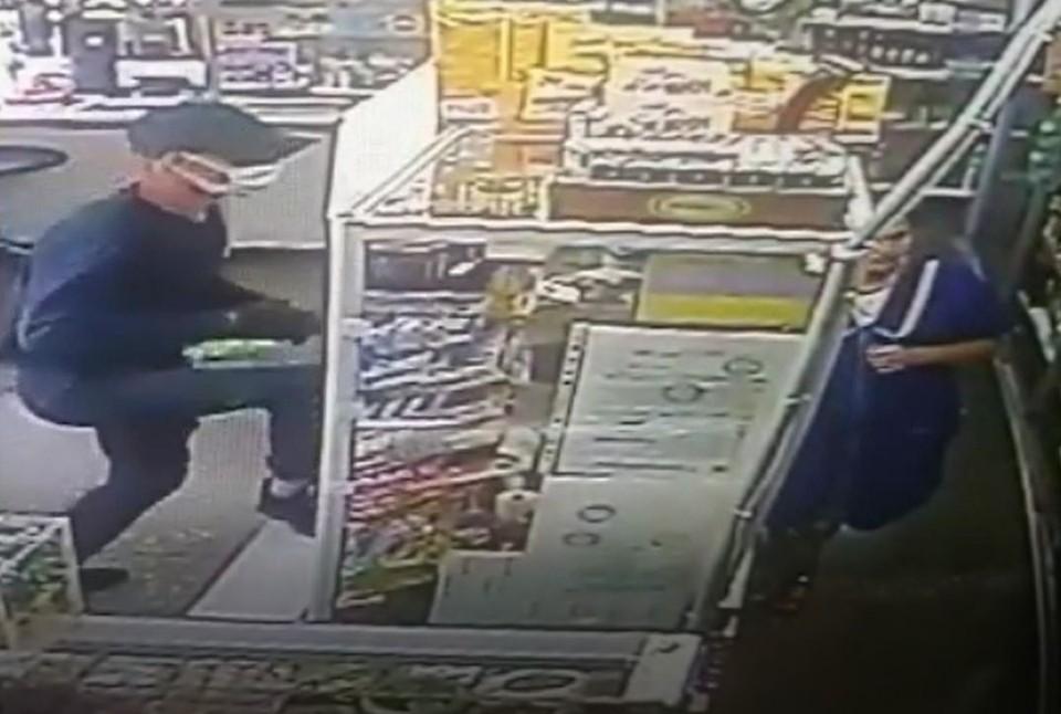 Мужчина перепрыгнул через прилавок и обчистил кассу. Фото: стоп-кадр