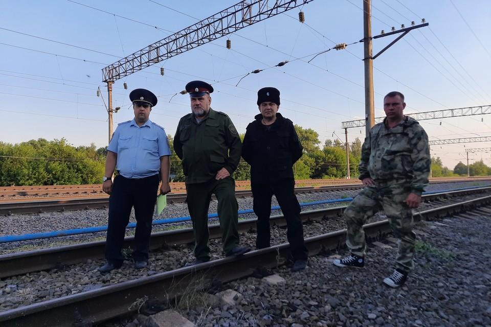 Казаки дежурят с полицией на железной дороге