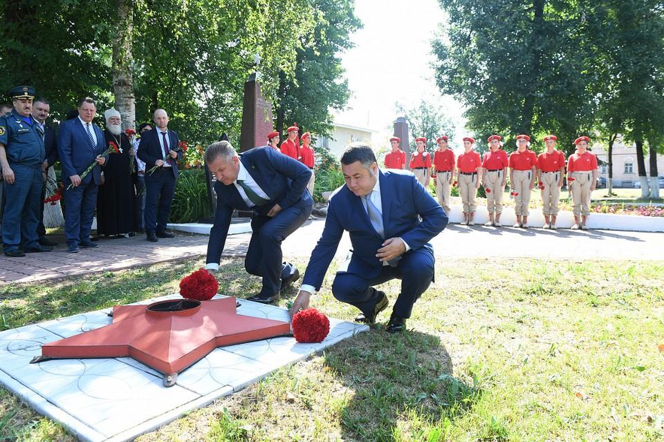 Игорь Руденя в Торопце вместе с руководителем муниципалитета возложил цветы к Вечному огню на Аллее Героев. Фото: ПТО
