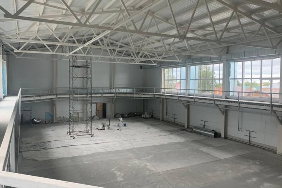 Андрей Травников посетил в Колывани площадку строящегося по типовому проекту спортивного комплекса. Фото: Правительство Новосибирской области