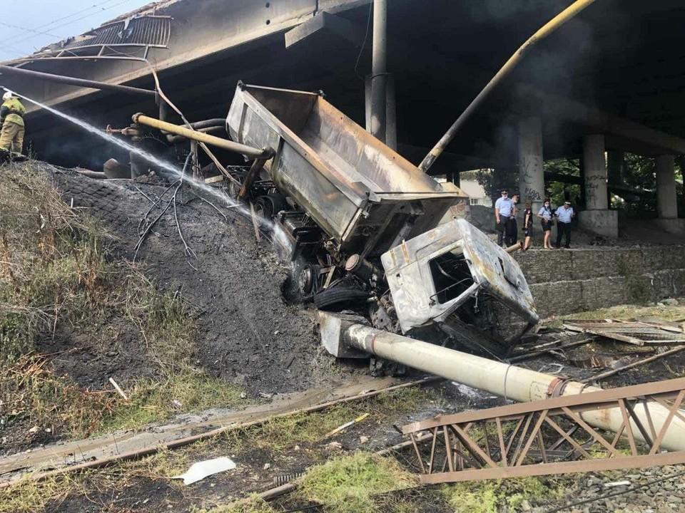 Машина упала с моста и пробила газопровод