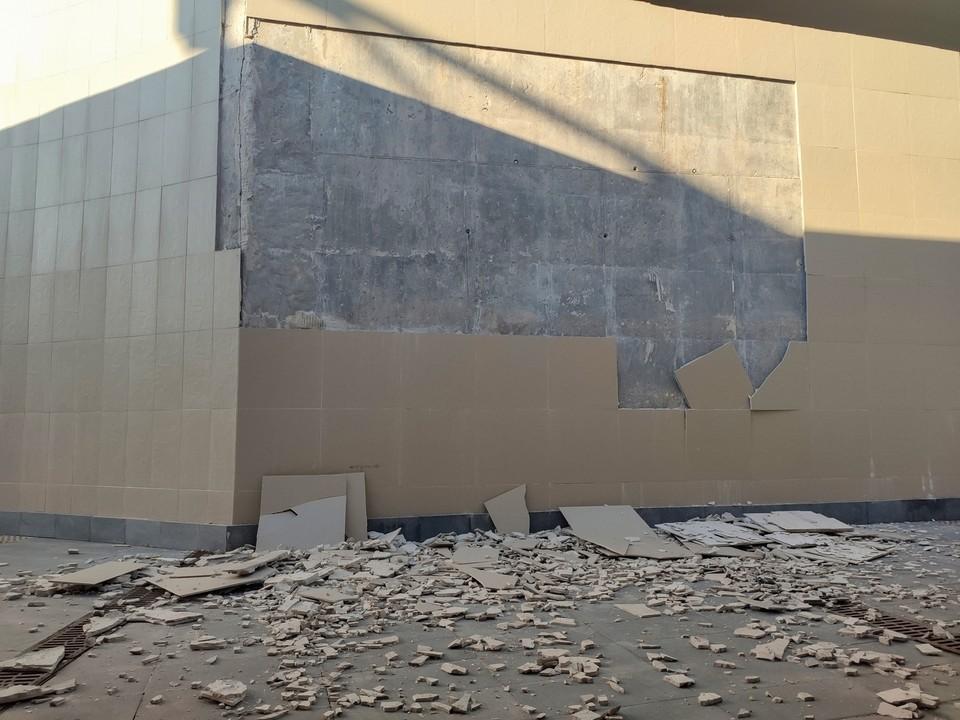 """В пешеходном переходе около """"Солидарность Арены"""" обвалилась плитка. Фото - группа """"Активная Самара"""""""