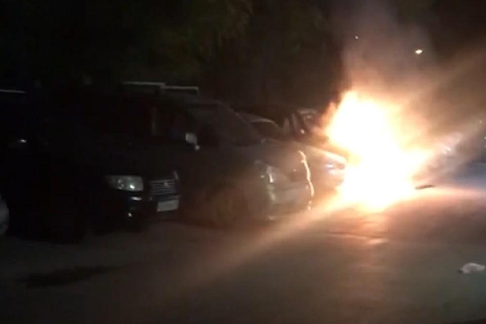 В Новосибирске загорелась иномарка: ее подожгли неизвестные. Фото: стоп-кадр.
