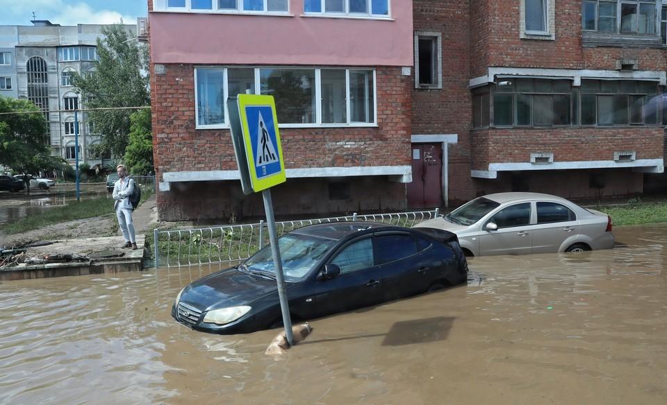 При недавнем потопе в Крыму пострадало немало автомобилей. Фото: глава Крыма Сергей Аксенов