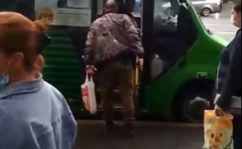 В Тюмени задержали пьяного хулигана с пистолетом. Скриншот из видео.