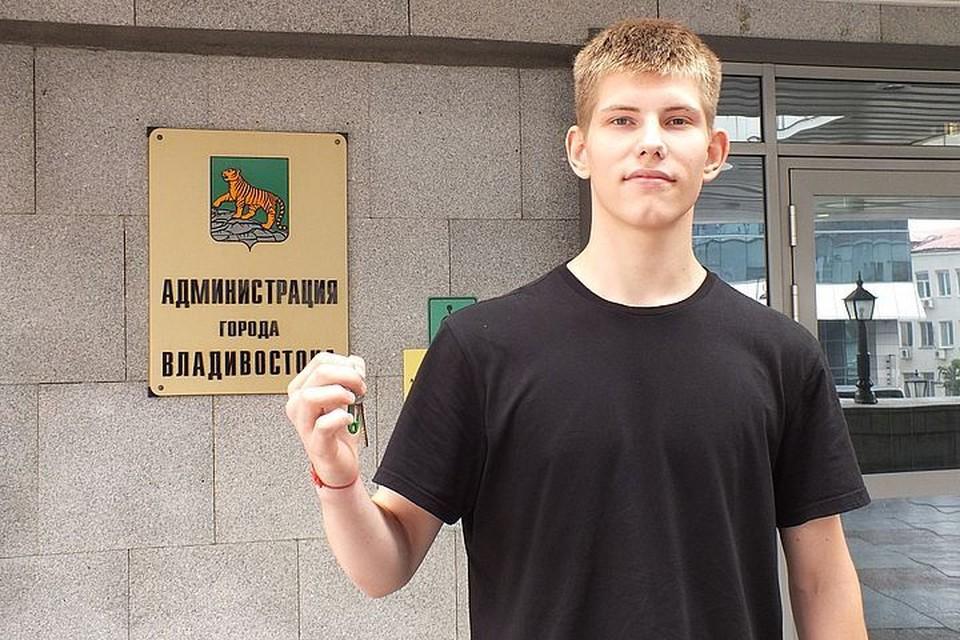 Во Владивостоке детям-сиротам выдали ключи от квартир. Фото: Александр Колегов/Администрация города.