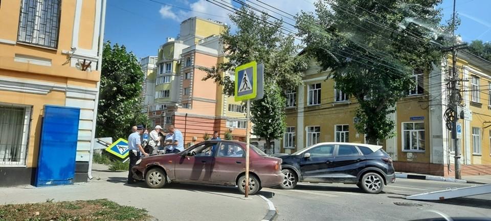 В центре Рязани иномарка снесла знак «Пешеходный переход». Фото: НГ.
