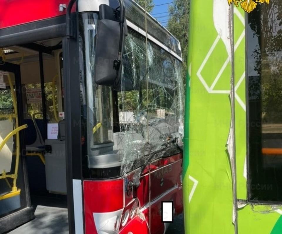 Автобус въехал в троллейбус, обстоятельства устанавливаются.