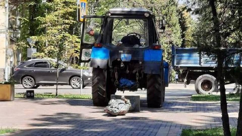 Трактор случайно задел памятник