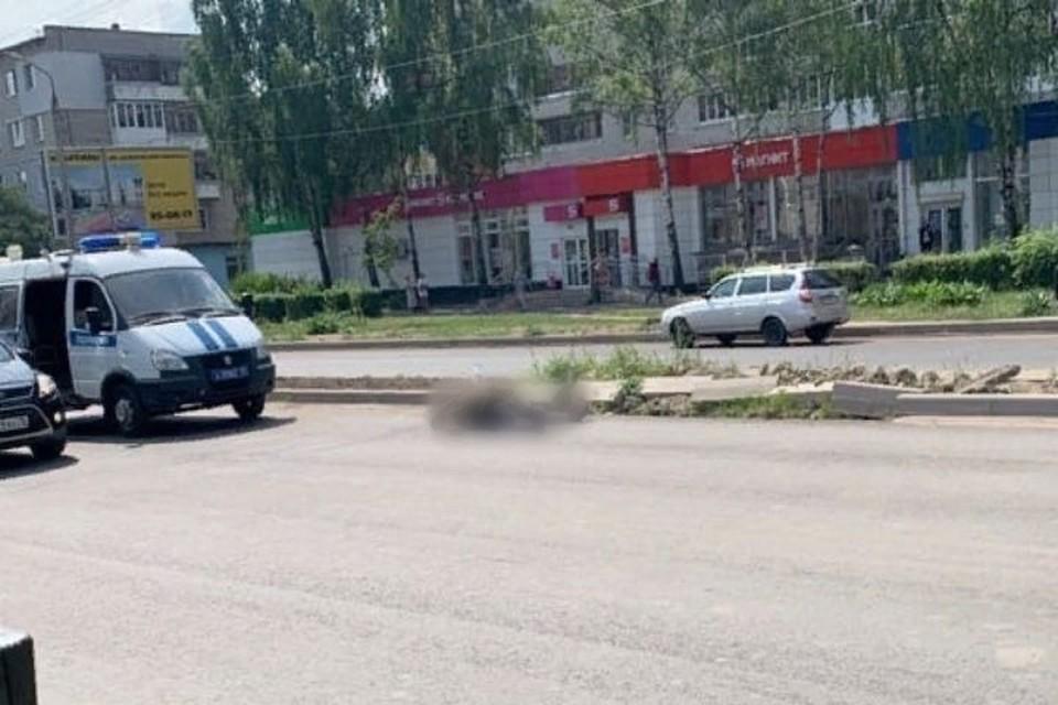 """Мужчина упал на проспекте Машиностроителей и скончался. Фото: группа ВКонтакте """"Подслушано у водителей"""""""