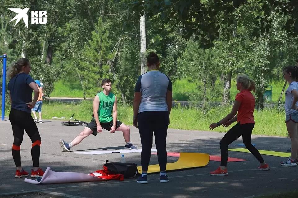 Гимнастике присутствующих учили тренеры фитнесс-клубов.