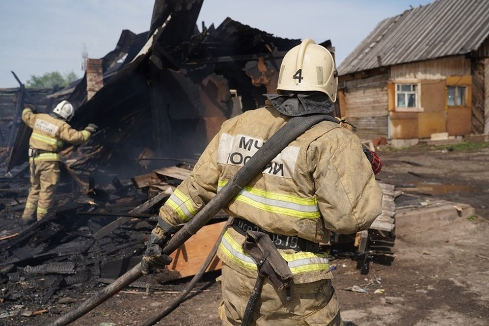 Огонь уничтожил дом и надворные постройки