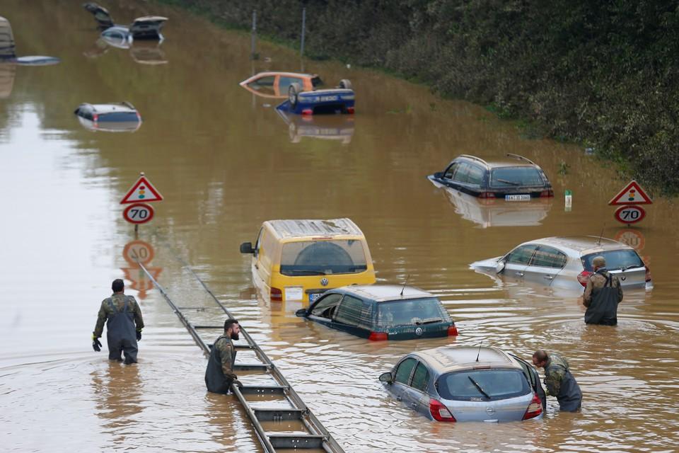 Количество жертв наводнения в Западной Германии растет с каждым часом.