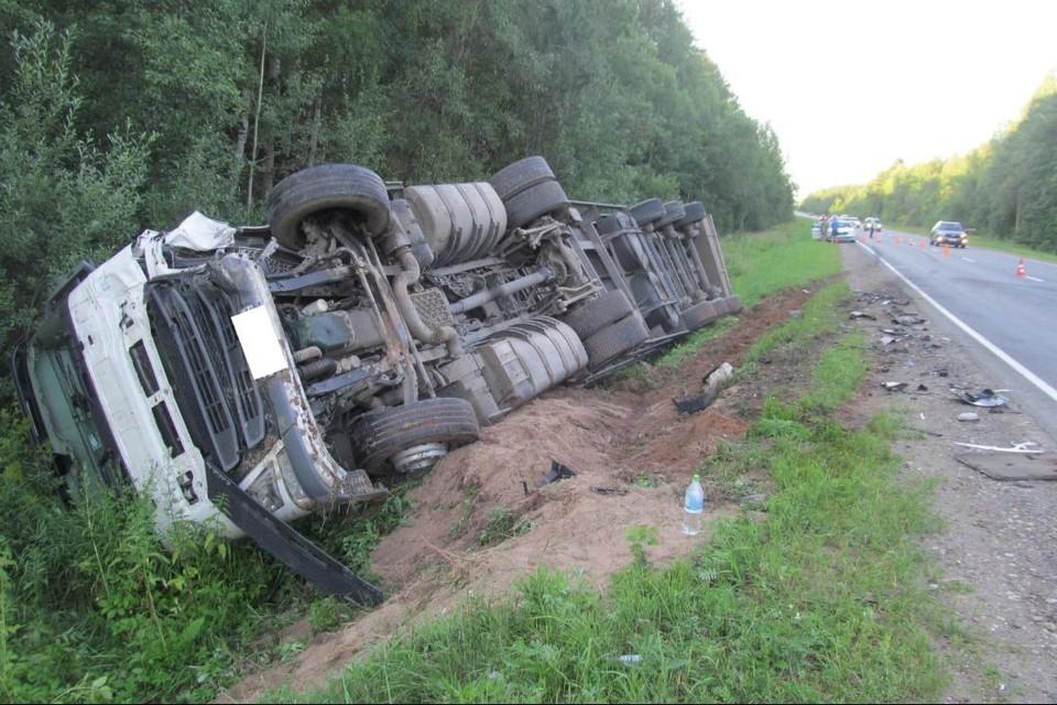 Водитель грузового автомобиля получил травмы. Фото: vk.com/gibdd43