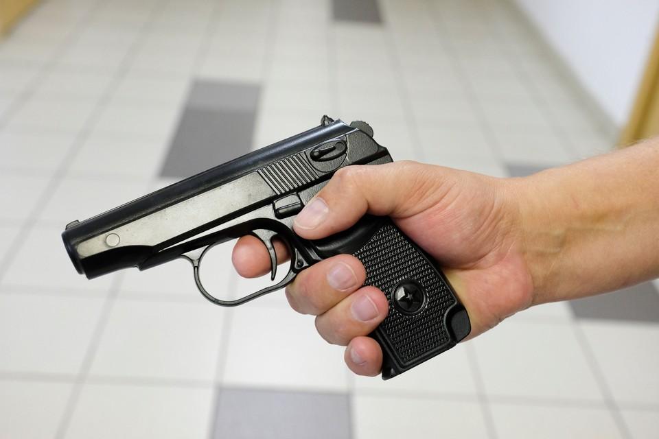 При себе у хулигана оказался пневматический пистолет.