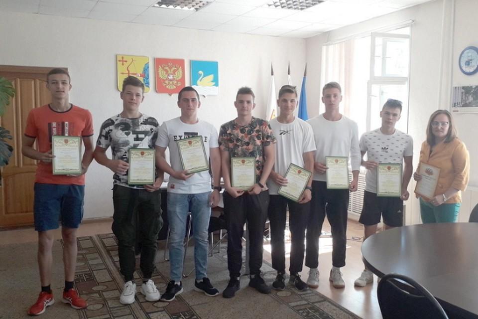 Храбрым школьникам выдали грамоты и объявили благодарность. Фото: 43.mchs.gov.ru