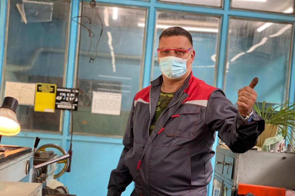 Токарь Александр Усик, занявший первое место в своей номинации на конкурсе профмастерства, гордится победой. Фото: Оксана Круглова