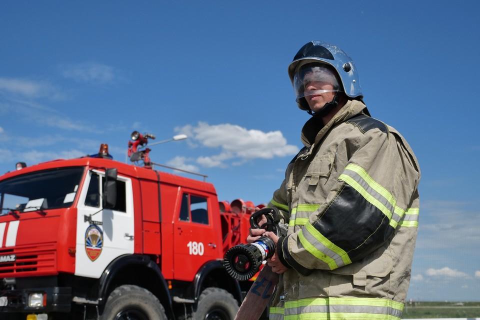 Крупный пожар полыхает в строительном магазине в Краснодарском крае