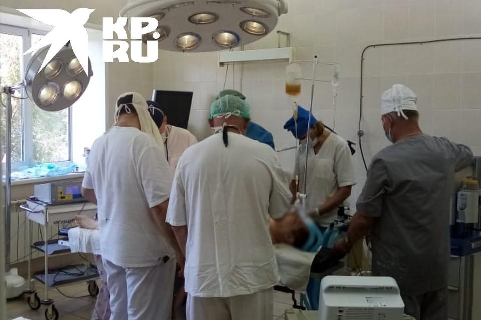 Хирурги спасают раненного после резни в автобусе
