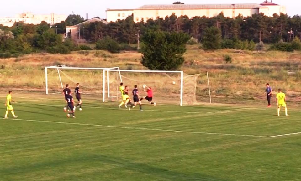 В ворота хозяев влетает второй мяч. Фото: с трансляции на fcsevastopol.ru