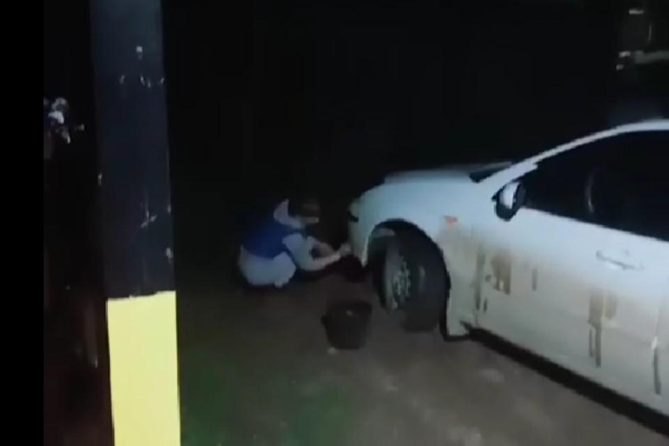 """Водитель такси из Улан-Удэ заставила мыть свою машину пассажиров «зайцев». Фото: паблик """"Отзывы 03"""""""