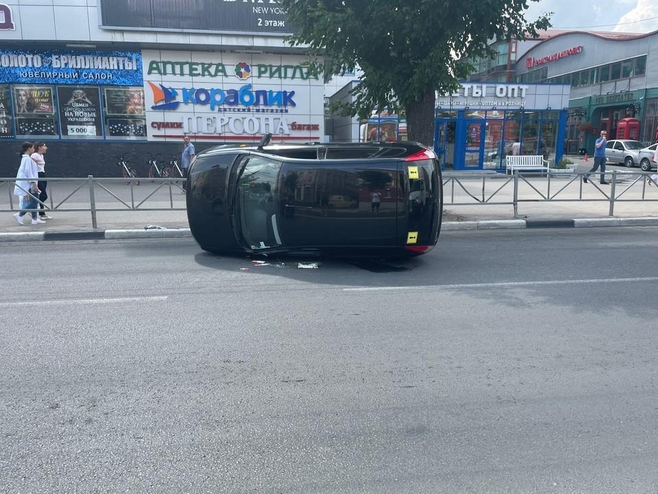 На улице Ленина в Рязани перевернулась «Лада».