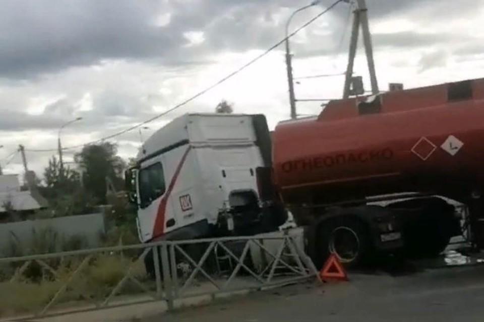 "Машина с горючим врезалась в забор и съехала с дороги. Фото: группа ВКонтакте ""Подслушано в Рыбинске"""