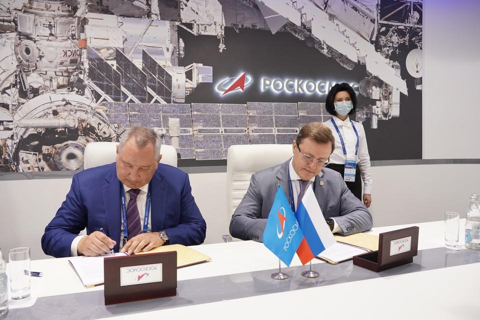Соглашение подписал губернатор Дмитрий Азаров и глава Роскосмоса Дмитрий Рогозин