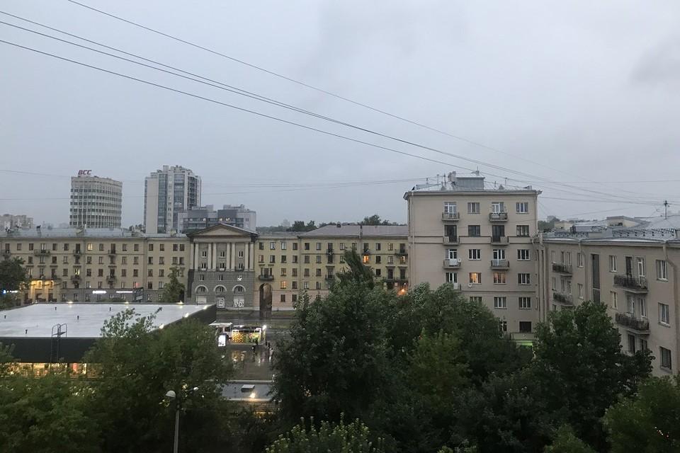 Небо над Петербургом опять потемнело.