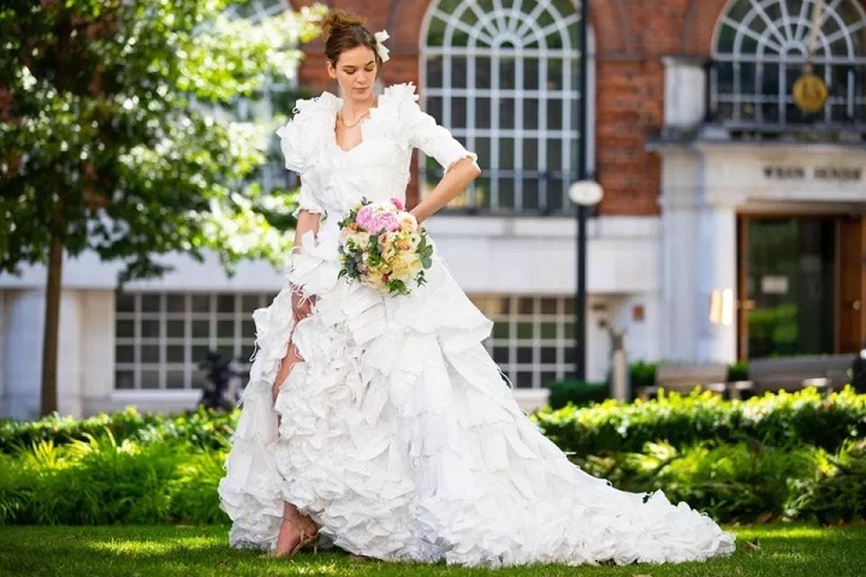 Дизайнер использовал 1,5 тысячи использованных масок для свадебного платья. Фото: PA