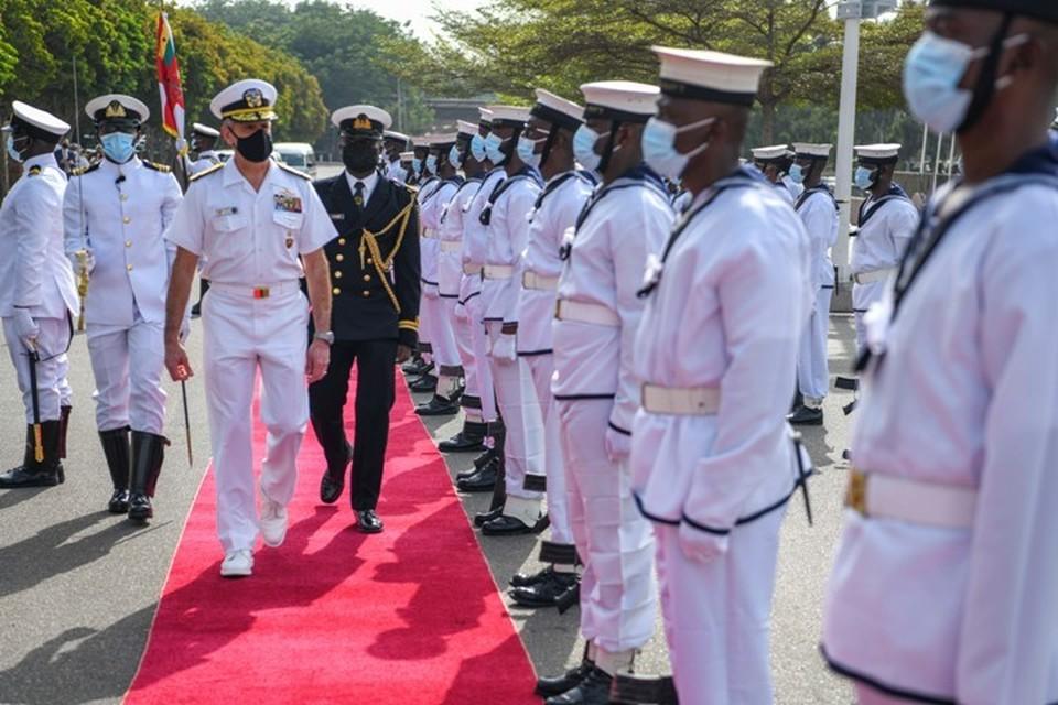 Командующий ВМС США в Европе и Африке адмирал Роберт Берк (в центре)