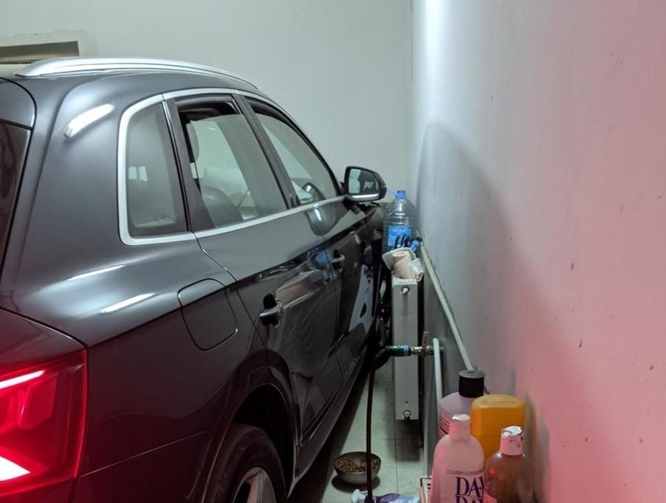 В Орле водитель «Ауди» протаранил ворота гаража и врезался в стену. Фото Госавтоинспекции Орловской области