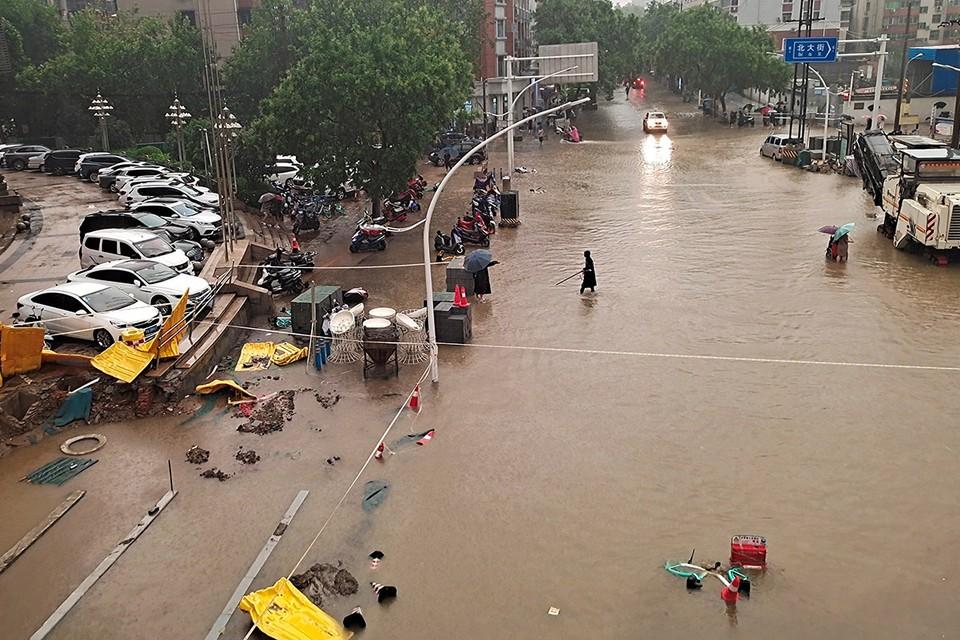 Из-за избытка воды властям пришлось эвакуировать около 200 тысяч жителей 12-миллионного Чжэнчжоу, который является административным центрам провинции Хэнань.