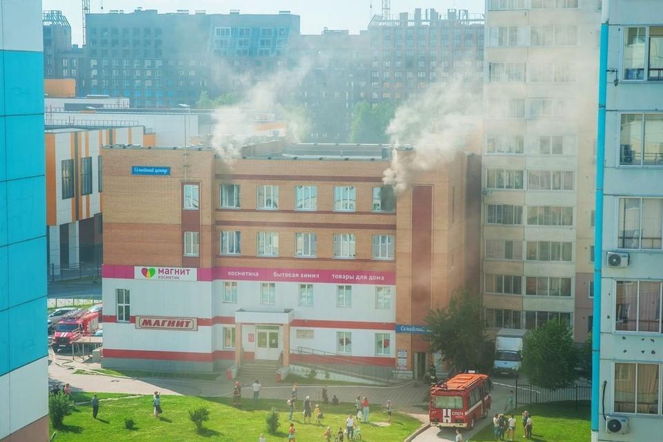 В Новосибирске произошел пожар в торговом центре в «Семья» Калининском районе. Фото: предоставлено очевидцами
